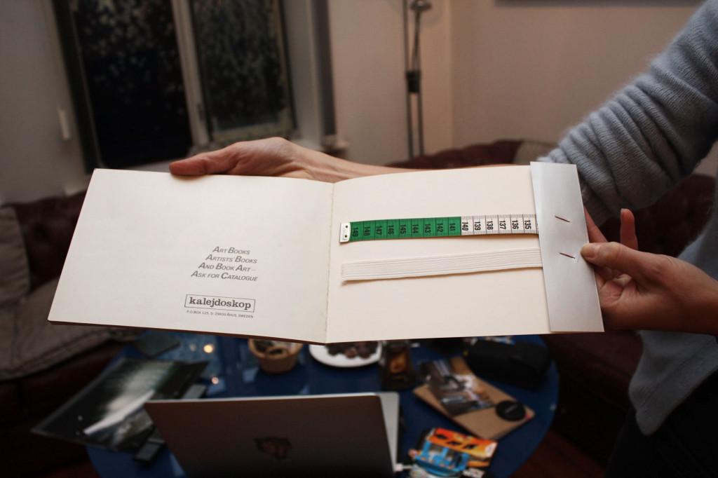 Den siste siden i katalogen Video Dialog med strikk og målbånd. Foto: Anne Marthe Dyvi.