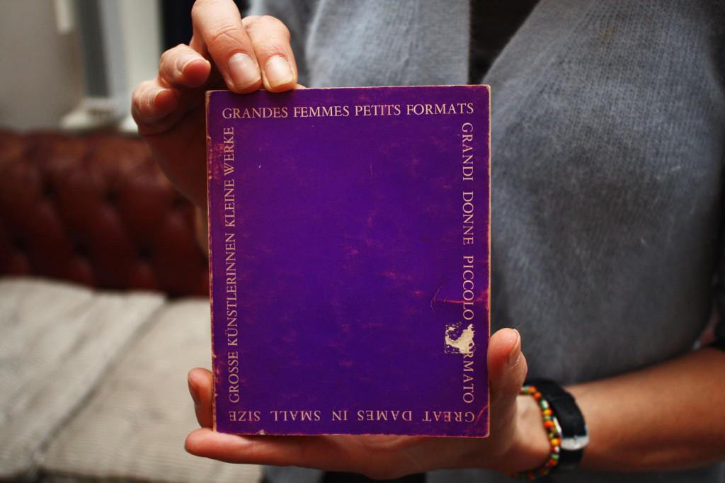 Katalog fra utstillingen Grandes Femmes. Petites Formats på Galerie Iris Clert i Paris, som Marianne Heske deltok på i 1974. Foto: Anne Marthe Dyvi