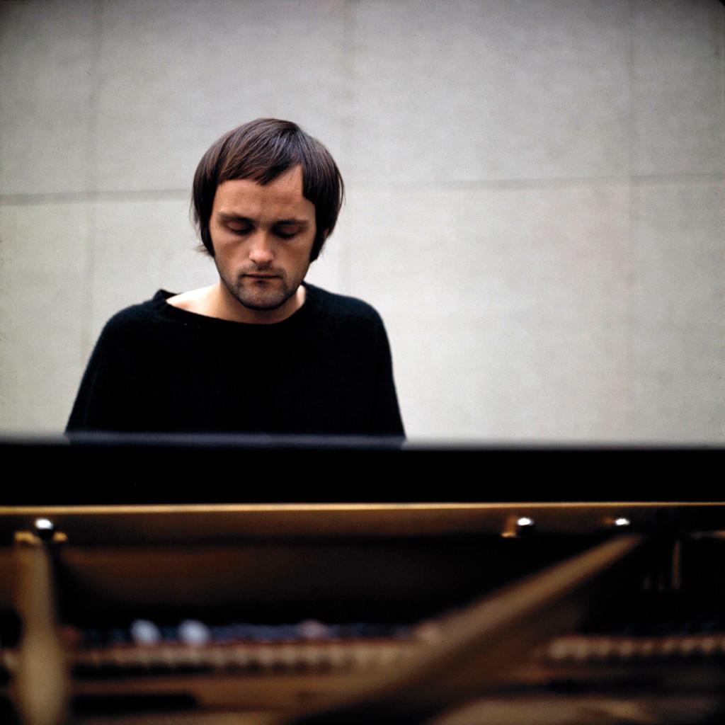 Billedtekst: Svein Finnerud under en konsert på Henie Onstad Kunstsenter i 1970. Foto: Kjell Bjørgeengen. Takk til Henie Onstad Kunstsenter