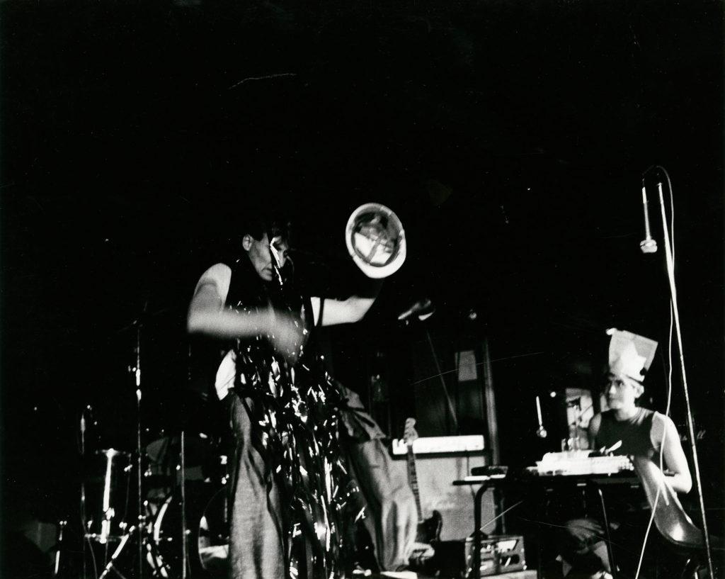 Fra en performance av Morten Børresen og John Ege på Club 7, september 1983. Takk til Nasjonalmuseet for Kunst, arkitektur og design