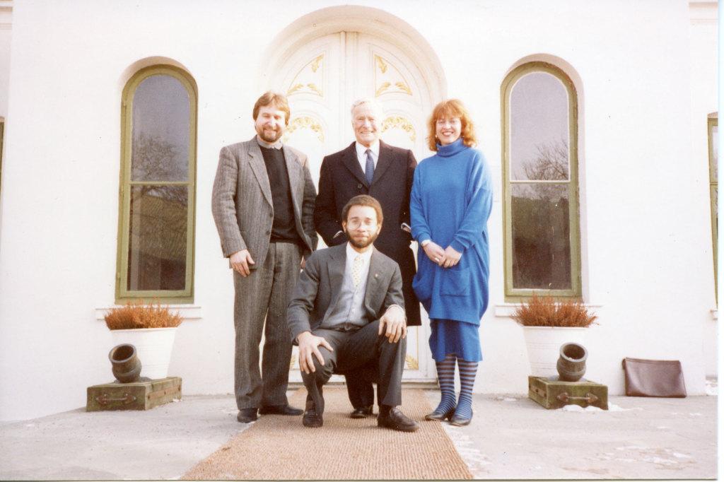 Tore Flesjø (lengst til venstre) og Jorunn Veiteberg på åpningen av utstillingen Kunst – Video på F 15 i 1988. De to andre mennene er mest sannsynlig representanter fra ambassader. Takk til F 15 for bilde