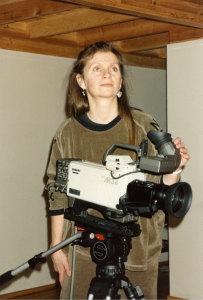 Kari Adora Hauge, norsk kunstner bosatt i Moss, dokumentert under monteringen av Kunst – Video på F15 i 1988. Takk til F 15 for bilde