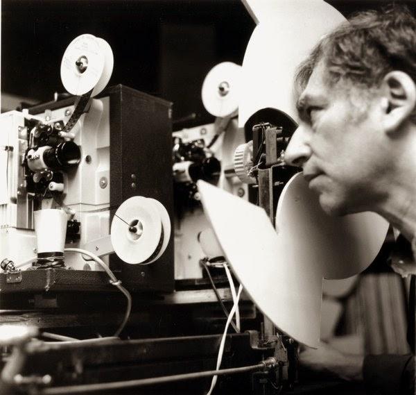 Ken Jacobs ved filmprojektoren. Foto: MOMA